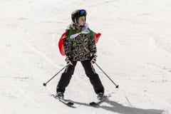 Кататься на лыжах людей одетый с традиционными болгарскими одеждами стоковая фотография