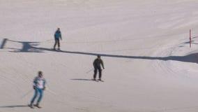 кататься на лыжах людей сток-видео