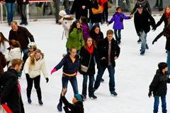 Катающся на коньках на центре Рокефеллер, NYC Стоковое Фото