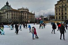 Катаясь на коньках земля в городе на рождестве справедливо Стоковые Изображения