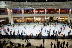 Катаясь на коньках кольцо заполнило с людьми, внутренним молом Cotroceni дворца AFI Стоковые Изображения
