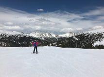 Катаясь на лыжах взгляды стоковое фото