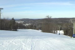 Катаясь на лыжах низкая точка зрения лыжника сток-видео