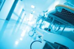 Каталка в коридоре больницы, загоренном белым светом, defocus Стоковое фото RF
