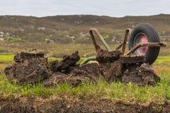 Катите бочонок на место торфа выкапывая около Inverasdale, NW Шотландии Стоковые Фотографии RF