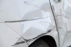 Катите и дверь автомобиля после аварии Стоковые Изображения