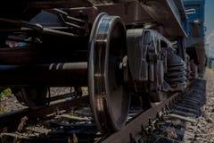 Катите поезд пока припаркованный на фокусе станции на колесе стоковые изображения rf