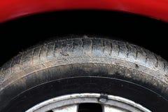 Катите тинный автомобиль выдержанный с грязью и грязью когда оно идет дождь стоковая фотография