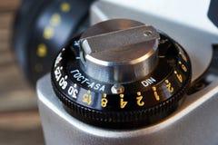 Катите для того чтобы установить чувствительность управления к ретро камере SLR стоковые фото