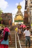 КАТМАНДУ, НЕПАЛ - 9-ОЕ ИЮЛЯ 2013: Лестницы виска Swayambhunath или обезьяны, Катманду, Непал Висок защищен как ЮНЕСКО Стоковое Изображение