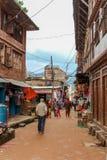 Катманду, Непал - 4-ое ноября 2016: Люди идя в улицы Непал Катманду Стоковые Изображения