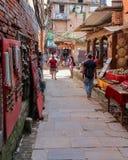 Катманду, Непал - 4-ое ноября 2016: Люди идя в улицы Непал Катманду Стоковое Изображение