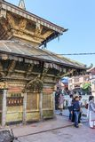 Катманду, Непал - 2-ое ноября 2016: Люди на виске Swayambhunath буддийском также вызвали Обезьяну Висок на солнечный день, Непал Стоковые Изображения RF