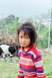 Катманду, Непал - 4-ое ноября 2016: Неопознанная маленькая непальская девушка стоя в саде Непале стоковые изображения