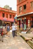 Катманду, Непал - 4-ое ноября 2016: Туристы идя в улицы Непал Катманду Стоковое Изображение