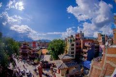 КАТМАНДУ, НЕПАЛ 15-ОЕ ОКТЯБРЯ 2017: Вид с воздуха крыш Катманду, улиц Thamel, туристского места  Стоковое Изображение