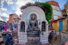 КАТМАНДУ, НЕПАЛ 15-ОЕ ОКТЯБРЯ 2017: Закройте вверх budha в облицеванной скульптуре на outdoors в Swayambhunath, старое Стоковые Изображения RF