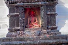 КАТМАНДУ, НЕПАЛ 15-ОЕ ОКТЯБРЯ 2017: Закройте вверх budha в облицеванной скульптуре на outdoors в Swayambhunath, старое Стоковые Фото