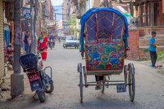 КАТМАНДУ, НЕПАЛ 15-ОЕ ОКТЯБРЯ 2017: Неопознанные люди в рикше в историческом центре города, в Катманду, Непал Стоковая Фотография RF
