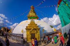 КАТМАНДУ, НЕПАЛ 15-ОЕ ОКТЯБРЯ 2017: Неопознанные люди идя близко к Bodhnath Stupa в Катманду, в красивом Стоковая Фотография RF