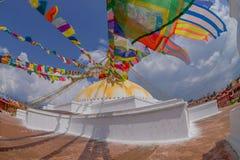 КАТМАНДУ, НЕПАЛ 15-ОЕ ОКТЯБРЯ 2017: Stupa Boudhanath памятника наследия ЮНЕСКО и свои красочные флаги в дневном свете с bue Стоковые Фото