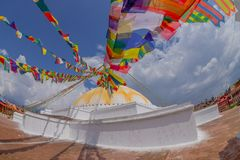 КАТМАНДУ, НЕПАЛ 15-ОЕ ОКТЯБРЯ 2017: Stupa Boudhanath памятника наследия ЮНЕСКО и свои красочные флаги в дневном свете с bue Стоковая Фотография RF