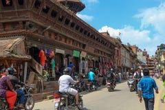 Катманду, Непал - 21-ое сентября 2016: Мотоцикл в улицах Катманду, Непал людей непальца ехать Стоковые Фото