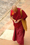 КАТМАНДУ, ОКОЛО август 2012 - буддийский монах с smartphone, ci стоковое фото rf