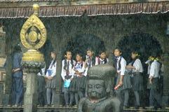 КАТМАНДУ, ОКОЛО август 2012 - молодое укрытие студентов от m стоковое изображение