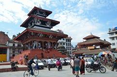 Катманду, Непал, 10-ое,27 октября 2013, сцена непальца: Люди идя на старый квадрат Durbar В может квадратный частично des 2015 Стоковые Изображения