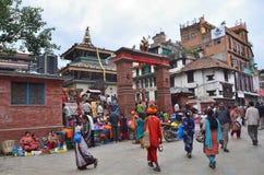 Катманду, Непал, 10-ое,27 октября 2013, сцена непальца: Люди идя на старый квадрат Durbar В может квадратный частично des 2015 Стоковое фото RF