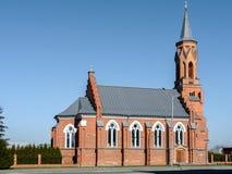 Католическая церковь святой троицы в Rechitsa очень стара Главный фасад украшен с шагнутым порталом, и зубами стоковое фото