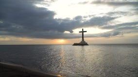 Католический крест в море сток-видео