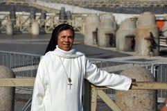 Католическая монашка представляя в фронте базилики St Peter внутри Стоковое фото RF