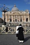 Католическая монашка представляя в фронте базилики St Peter внутри Стоковые Фото