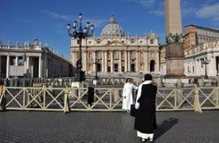 Католическая монашка представляя в фронте базилики St Peter внутри Стоковое Фото