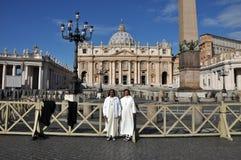 Католическая монашка представляя в фронте базилики St Peter внутри Стоковая Фотография