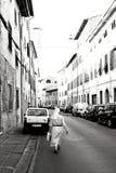 Католическая сестра идя улицами Пизы, Италии Стоковое Изображение