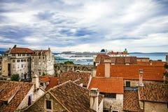 католическая Хорватия сперва ввела массового священника разделенного к диалект кто Таунхаусы и морской порт Стоковое фото RF