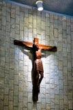 Католическая церковь и Иисус Христос на распятии стоковая фотография rf