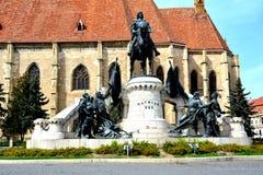 Католическая церковь и статуя Matei Corvin в cluj-Napoca, Трансильвании Стоковое Изображение