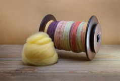 Катушка закручивая колеса заполненная при пряжа закрученная рукой сделанная из шерстей sheep's с кучей желтой ровинцы merino Стоковые Изображения RF