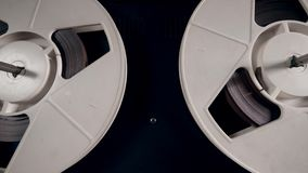 Катушкы закручивая на винтажный аудиоплеер акции видеоматериалы