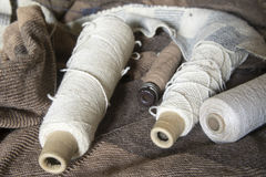 Катушкы пряжи на одеяле Стоковое Фото