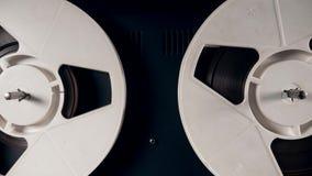 Катушкы с лентой медленно вращая на винтажном рекордере сток-видео