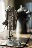 Катышка потока и иглы на Махе таблицы античном шить Стоковое Изображение