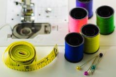 Катышкы покрашенной ленты потока, иглы для крупного плана швейной машины стоковое фото rf