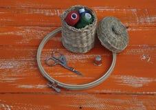 Катышкы потока в плетеной корзине и деталей для needlework Стоковое фото RF