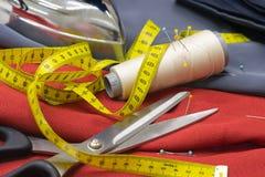Катышкы потока, Pin и желтое измеряя Dressmaki ленты и больших Стоковая Фотография