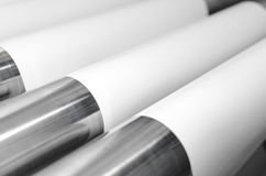 Катышкы роликов бумаги и металла в заводе печати Стоковые Изображения